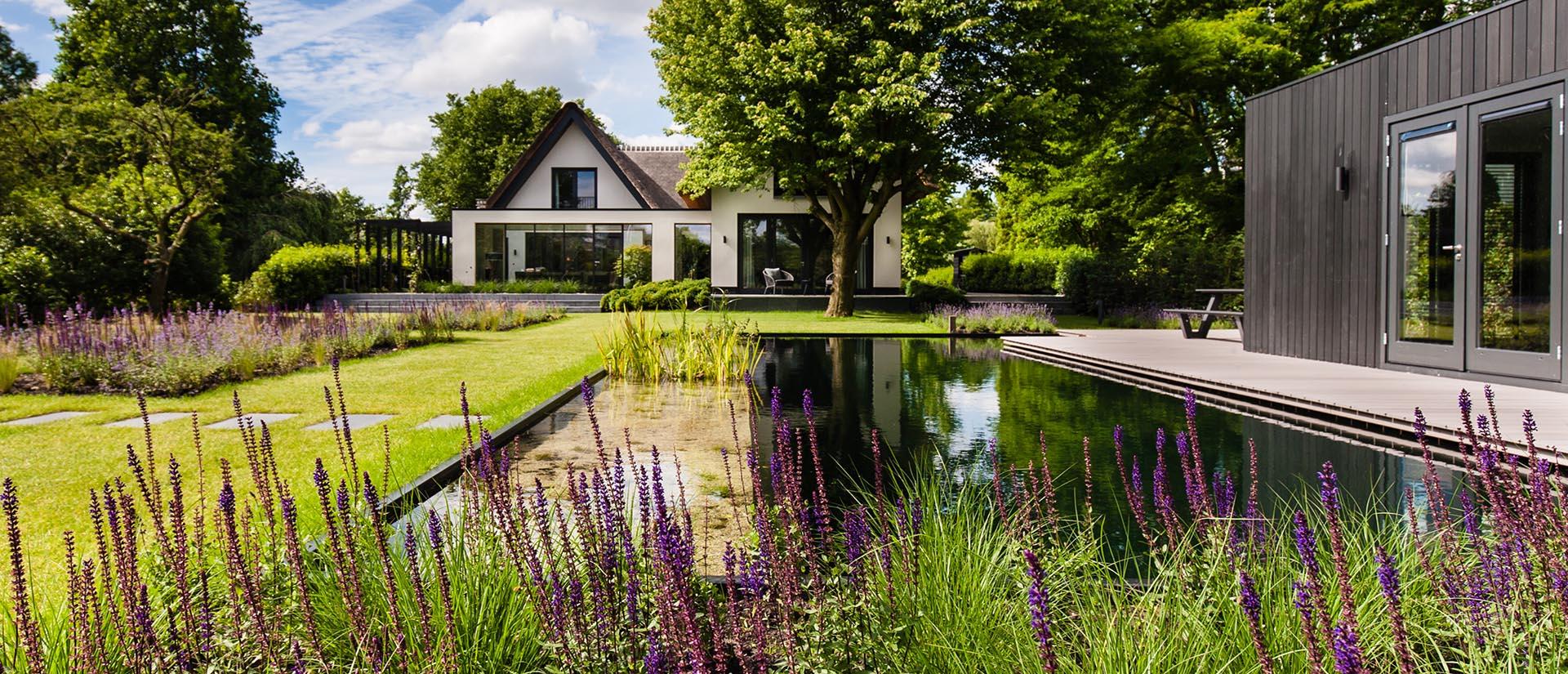 tuin_in_Capelle_aan_den_IJssel_zwemvijver_poolhouse_met_vlonder